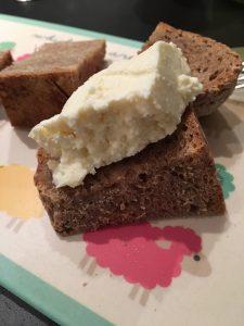 Frischer Käse auf frischem Brot. Mahlzeit.