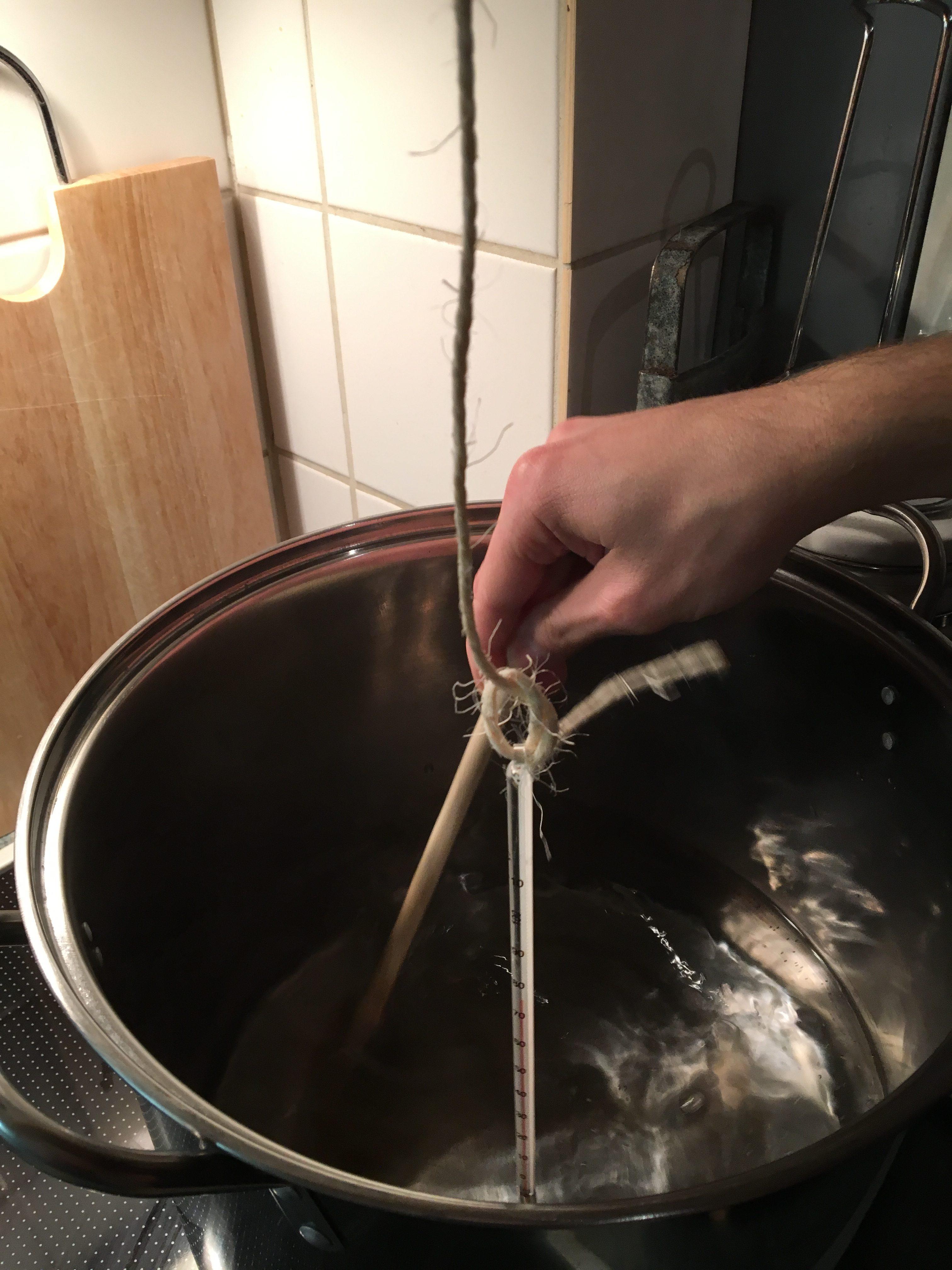 Ein Thermometer an einer Strippe in den Topf gehängt