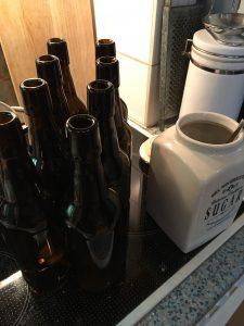 Zucker in die Flaschen für die Kohlensäure