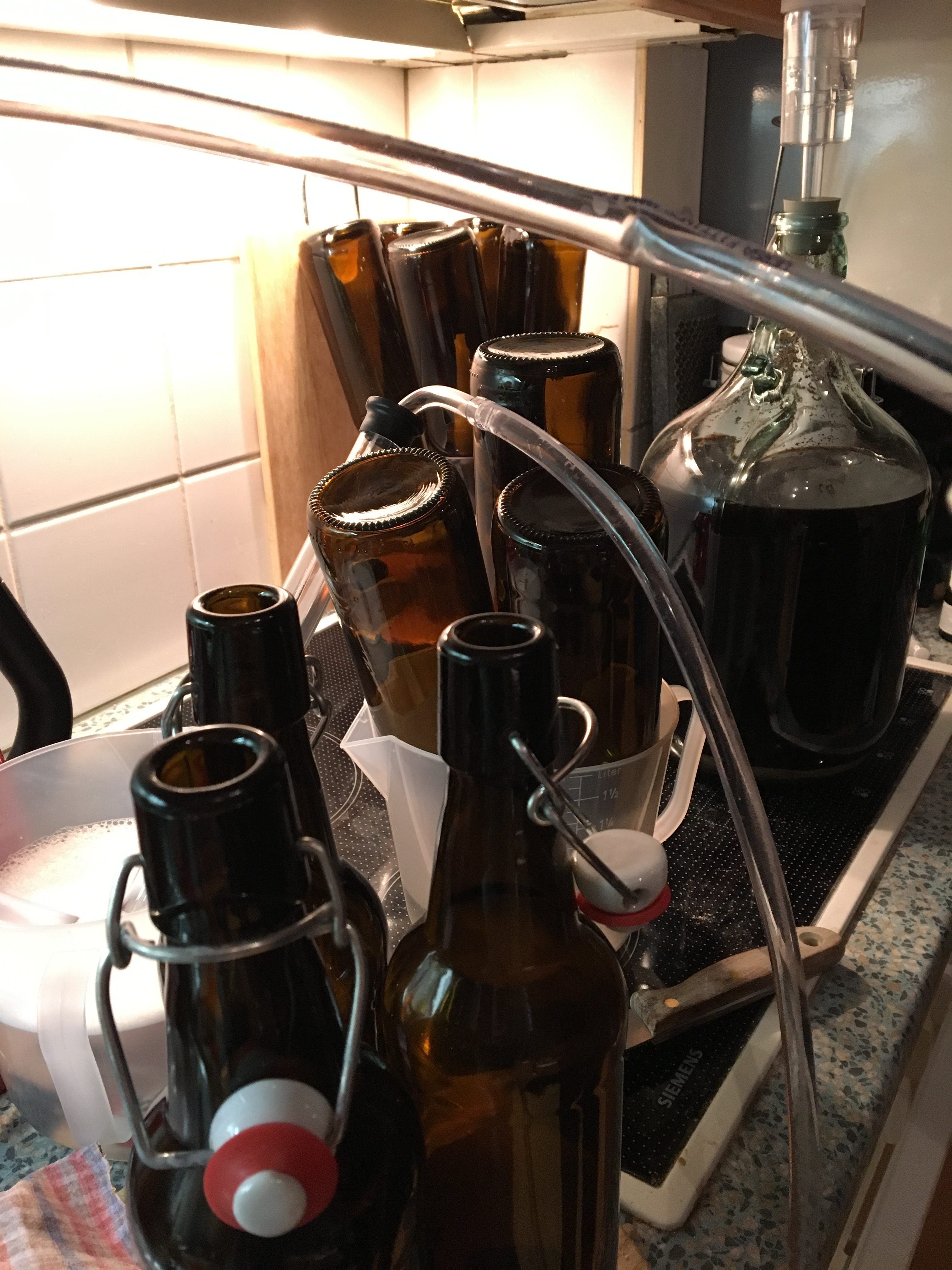 Flaschen und Schlauch - jetzt wird abgefüllt