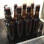 Acht fertig befüllte und verschlossene Flaschen
